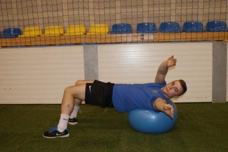 Rotacja tułowia na piłce fitness